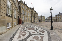 KOPENHAGEN, DÄNEMARK - 8. SEPTEMBER: Schloss Amalienborg mit Statue Lizenzfreies Stockbild