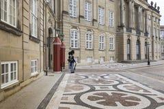 KOPENHAGEN, DÄNEMARK - 8. SEPTEMBER: Schloss Amalienborg mit Statue Stockfoto