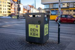Kopenhagen, Denemarken - April 1, 2019: Afvalbak naast een straat voor gemengd water in Christianshavn, naast een straat op zonni royalty-vrije stock foto