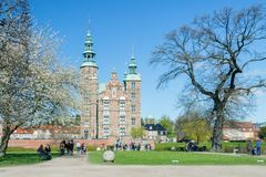 KOPENHAGEN, DENEMARKEN - APRIL 30, 2017: Het Rosenborgpaleis is rena Stock Foto's
