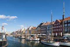 Kopenhagen, Denemarken - April 30, 2017: Nyhavn een 17de eeuw harb Royalty-vrije Stock Foto