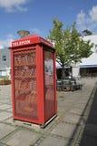 Kopenhagen, Denemarken - Augustus 22, 2017: De rode openbare plaatsen van de cabine Openbare Telefoon in de straat royalty-vrije stock fotografie