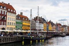 KOPENHAGEN, DENEMARKEN - CIRCA 2016 - Nyhavn is een de 17de eeuwwaterkant, een kanaal en een vermaakdistrict in Kopenhagen Stock Afbeelding