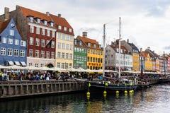 KOPENHAGEN, DENEMARKEN - CIRCA 2016 - Nyhavn is een de 17de eeuwwaterkant, een kanaal en een vermaakdistrict in Kopenhagen Royalty-vrije Stock Foto