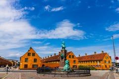 Kopenhagen, Denemarken - 2019 Hoofd het winkelen straat in Kopenhagen, Denemarken Toeristen die op de straten wandelen stock afbeeldingen