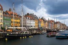 Kopenhagen, Denemarken - Juni 16, 2017: Nyhavnpijler met kleurengebouwen en Schepen, Europa Stock Foto's