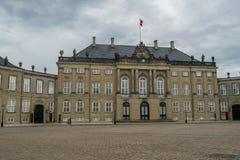KOPENHAGEN, DENEMARKEN - MEI 2017: Amalienborgpaleis in Kopenhagen, Denemarken op een bewolkte de lentedag Royalty-vrije Stock Afbeeldingen