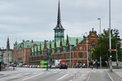 KOPENHAGEN, DENEMARKEN - MEI 31, 2017: Børsen in Børsgade-straat is de 17de eeuwbeurs in het centrum van Kopenhagen Royalty-vrije Stock Afbeeldingen