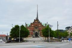 KOPENHAGEN, DENEMARKEN - MEI 31, 2017: Børsen in Børsgade-straat is de 17de eeuwbeurs in het centrum van Kopenhagen Stock Foto