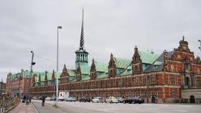 KOPENHAGEN, DENEMARKEN - MEI 31, 2017: Børsen in Børsgade-straat is de 17de eeuwbeurs in het centrum van Kopenhagen Stock Afbeelding