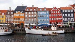 KOPENHAGEN, DENEMARKEN - MEI 31, 2017: de mensen in open koffie van beroemde Nyhavn wandelen langs Nyhavn een de 17de eeuwhaven Stock Afbeeldingen