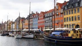 KOPENHAGEN, DENEMARKEN - MEI 31, 2017: de mensen in open koffie van beroemde Nyhavn wandelen langs Nyhavn een de 17de eeuwhaven Stock Afbeelding