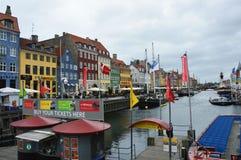 KOPENHAGEN, DENEMARKEN - MEI 31, 2017: de toeristen in open koffie van beroemde Nyhavn wandelen langs Nyhavn een de 17de eeuwhave Stock Afbeelding