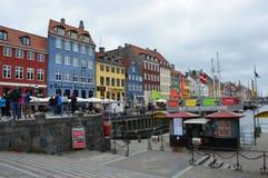 KOPENHAGEN, DENEMARKEN - MEI 31, 2017: de toeristen in open koffie van beroemde Nyhavn wandelen langs Nyhavn een de 17de eeuwhave Royalty-vrije Stock Foto