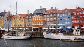 KOPENHAGEN, DENEMARKEN - MEI 31, 2017: Nyhavn een de 17de eeuwhaven in Kopenhagen met typische kleurrijke huizen en waterkanalen Royalty-vrije Stock Foto's