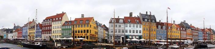 KOPENHAGEN, DENEMARKEN - MEI 31, 2017: Nyhavn een de 17de eeuwhaven in Kopenhagen met typische kleurrijke huizen en waterkanalen Royalty-vrije Stock Afbeeldingen
