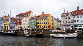 KOPENHAGEN, DENEMARKEN - MEI 31, 2017: Nyhavn een de 17de eeuwhaven in Kopenhagen met typische kleurrijke huizen en waterkanalen Stock Fotografie