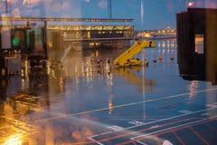 Kopenhagen, Denemarken 29 november, 2018 Passagiersladder Regenachtig weer in de avond stock fotografie