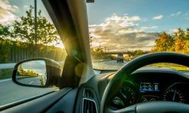 19 kopenhagen-Denemarken-oktober 2018: Autobinnenland wanneer het drijven op een weg in de zonsondergang royalty-vrije stock foto