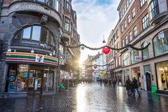 Kopenhagen-Quadrat mit Shops und gehenden Leuten Stockfotografie