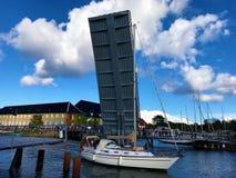 Kopenhagen-Zugbrücke angehoben lizenzfreie stockfotografie