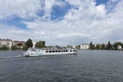 Kopenick, Berlin, Allemagne ; Le 18 août 2018 ; Vue et bateau de rivière images stock