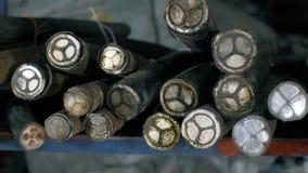 Koper communicatie kabel Kabel na knipsel door een moderne automatische machine Velen telegraferen op de lijst stock footage