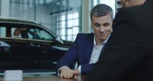 Koper die rekening ondertekenen die dan nieuwe autosleutel ontvangen stock videobeelden