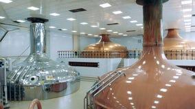 Koper en metaalreservoirs in de brouwerij stock videobeelden