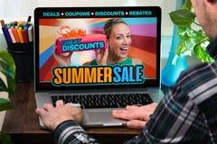 Koper in laptop bij een online winkel met een opslagaankondiging van p Stock Foto