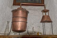 Koper nog alembic binnen distilleerderij stock foto