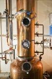 Koper nog alembic binnen distilleerderij royalty-vrije stock foto's
