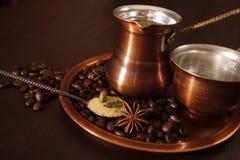 Koper voor het maken van Turkse koffie met kruiden wordt geplaatst dat Royalty-vrije Stock Foto