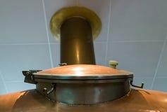 Koperbroedsel op een grote tank op de achtergrond van pijp het weggaan Stock Foto