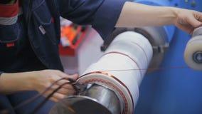 Koperdraad die machine vormen Modern industrieel materiaal voor transformator, elektrische motorproductie stock videobeelden