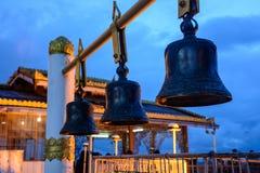 Koperklok in de Pagode van Taung Kwe, Loikaw, Myanmar Spruit bij eveni royalty-vrije stock afbeeldingen