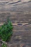Koperkowa wiązka na nieociosanym drewnianym tle Zdjęcia Stock