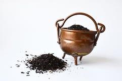 Koperpot van zwarte thee met uit gemorst wat Royalty-vrije Stock Foto