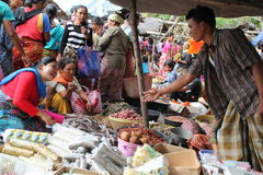 Kopers en Verkopers bij een Traditionele Markt in Lombok Indonesië Stock Foto
