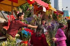 kopers en verkopers in bloemmarkt Stock Afbeelding