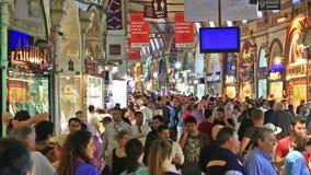 Kopers van t-toeristen op Grandee Bazare in Istanboel stock footage