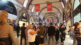 Kopers, verkopers en toeristen in de Grote Bazaar in Istanboel stock video