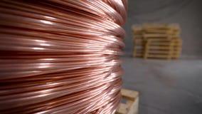 Koperstaaf Dikke die koperdraad in een reusachtige spoel wordt gerold Het koper is één van de zeldzame overal gebruikte metalen stock footage