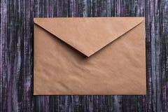 Koperta Kraft papier List miłosny koperta Drewniany tło 3d sieć obrazek odpłacający się ogólnospołecznym Zdjęcie Royalty Free