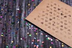 Koperta Kraft papier List miłosny koperta Drewniany tło 3d sieć obrazek odpłacający się ogólnospołecznym E Zdjęcia Stock