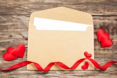 Koperta z czerwonymi tkanin sercami Zdjęcie Stock