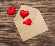 Koperta z czerwonymi tkanin sercami Obraz Stock