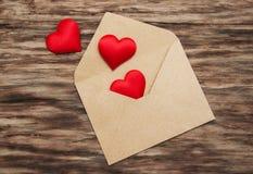Koperta z czerwonymi tkanin sercami Obrazy Stock