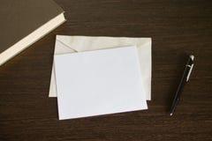 Koperta z listem na drewnianym stole Blisko pióra i książki Zdjęcia Stock