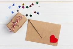 Kopertowa poczta z Czerwonym serca i prezenta pudełkiem nad Białym Drewnianym tłem Walentynki karty, miłości lub ślubu powitania  Zdjęcia Stock